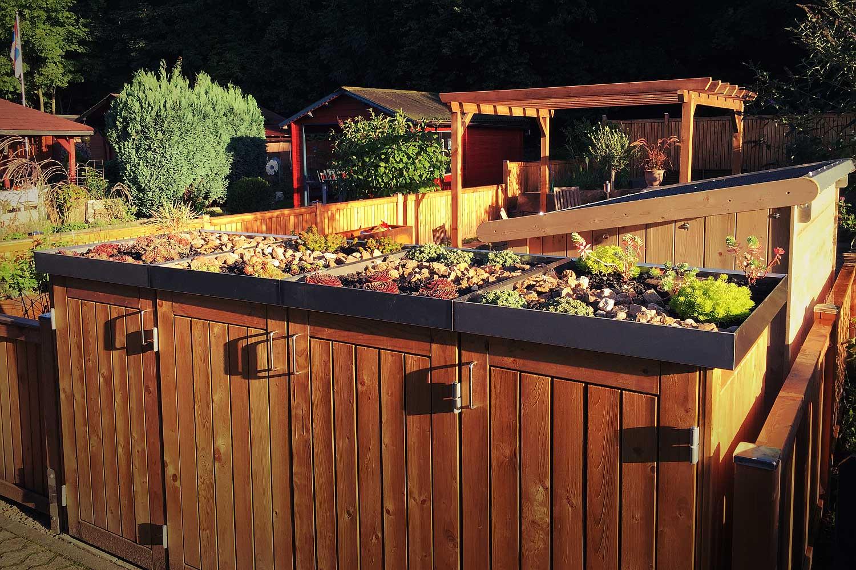 Gartenabteil mit Holzzaun, Blumenkästen, Pavillon und Schuppen