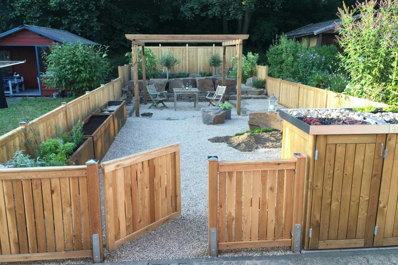 Gartenabteil mit Holzzaun, Blumenkästen und Pavillon
