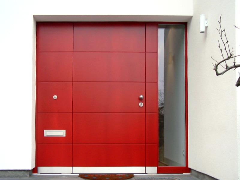 Tür rot von Außen mit Fenster