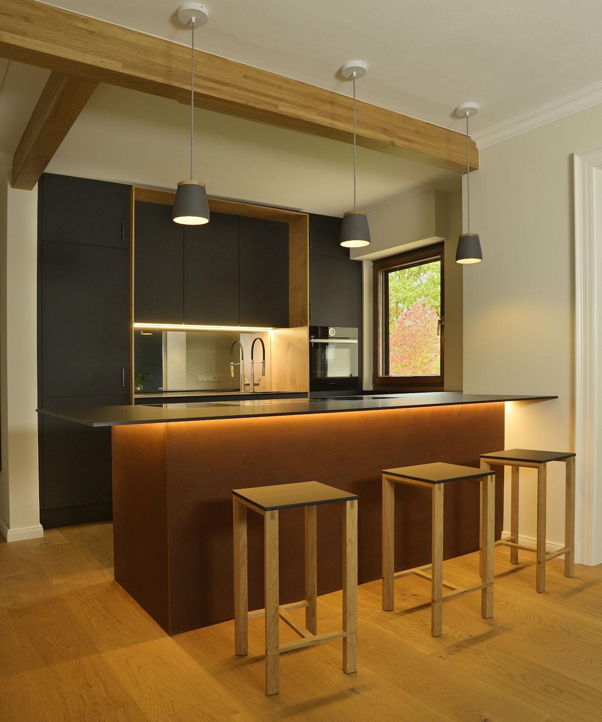 Küche matt schwarz, Holz und Rost-Farbe mit eingelassenem Kochfeld und Spüle