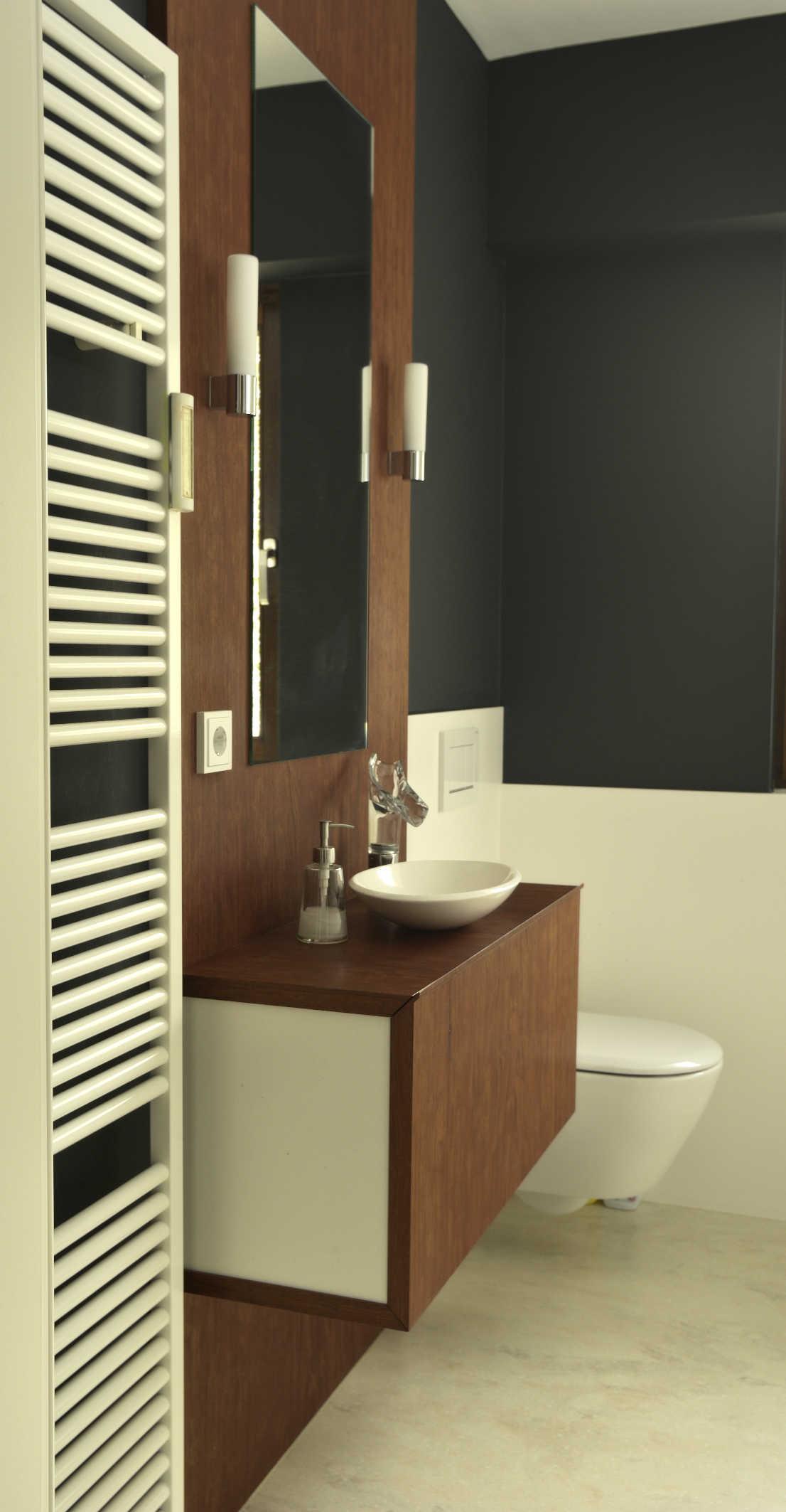 Einbauschrank im Bad aus Bubinga mit integriertem Spiegel und Waschbecken
