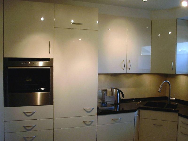 Küche Hochglanz mit hoch eingebautem Backofen