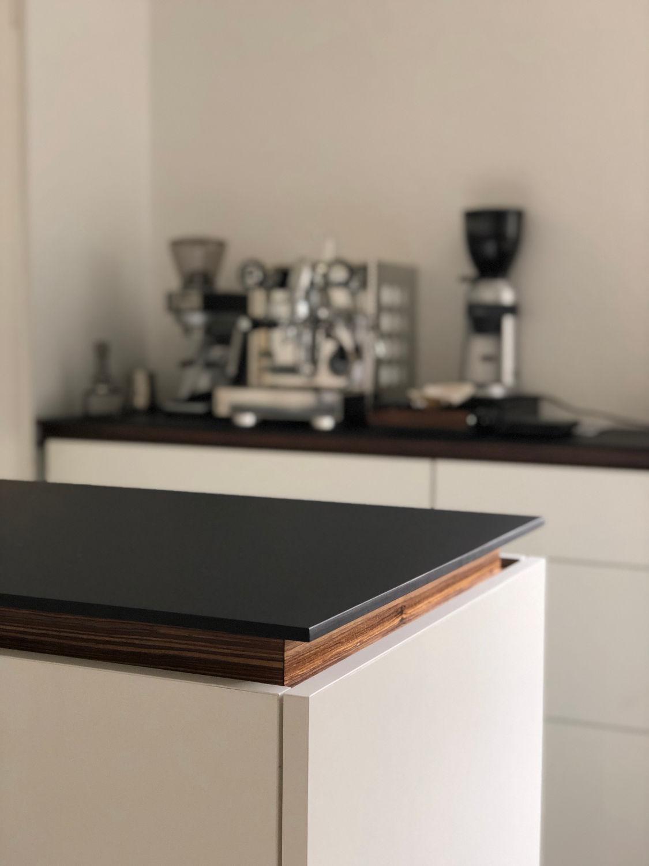 Mittelteil einer Küche mit weiteren Elementen im Hintergrund